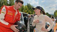 Petr Koukal s australskou závodnicí Molly Taylorové při Barum rallye 2013.