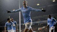 Edin Džeko slaví svůj gól do sítě Tottenhamu.