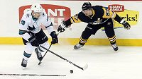 Pravé křídlo San Jose Timo Meier v souboji o puk s kapitánem Pittsburghu Sidneym Crosbym.
