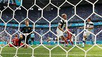 Fin Joel Pohjanpalo (20) už v úvodu utkání slavil gól, ale radost byla předčasná, byl v ofsajdu. Na snímku dále mj. Robin Lod (8) a ruský brankář Matvej Safonov.