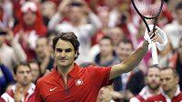 Švýcar Roger Federer zdraví fanoušky po výhře nad Ilijou Bozoljacem ze Srbska.