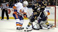 Ľubomír Višňovský (vlevo) v dresu New Yorku Islanders brání v utkání NHL Thomase Vaneka z Buffala.