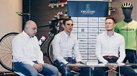 Roman Kreuziger (uprostřed) při představení vlastní cyklistické akademie. Vlevo sportovní ředitel Václav Novák a Petr Kubias.