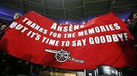 """""""Arséne, díky za vzpomínky, ale je čas se rozloučit,"""" vzkazují fanoušci Arsenalu trenérovi Wengerovi."""