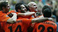 Fotbalisté Karagandy slaví gól proti Celtiku Glasgow v play off Ligy mistrů.