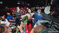 Nástup do klece, i to je show pro fanoušky, v O2 areně bude bojovníky sledovat na 9 tisíc fanoušků.