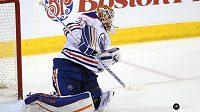 Brankář Edmontonu Oilers Cam Talbot (33) zasahuje v zápase s Winnipegem.