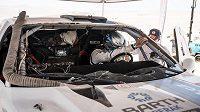 Drsné chvíle si během druhé etapy Dakaru prožil Boris Vaculík s navigátorem Martinem Plechatým. Na dvacátém kilometru se převrátili se závodním fordem a rozbili přední čelní sklo.