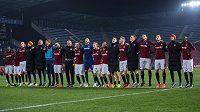 Fotbalisté Sparty Praha oslavují s fanoušky vítězství nad Krasnodarem.