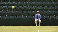 Lajnový rozhodčí ve Wimbledonu.