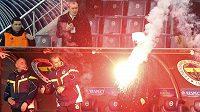 Pekelné ohně jsou v Istanbulu tradičním koloritem fotbalových zápasů...