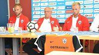 Zleva kapitán Vítkovic Radek Coufal, generální ředitel Oldřich Jakubek a trenér Roman West na předsezónní tiskové konferenci.