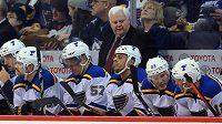 Ken Hitchcock na lavičce hokejistů St. Louis Blues.
