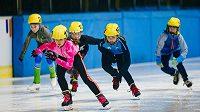 Jedenáctiletá Kristýna Neumannová (vpředu) se zúčastnila na Zimní olmypiádě dětí závodů ve snowboardu a rychlobruslení.
