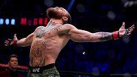 Vítězné gesto Conora McGregora po výhře nad Donaldem Cerronem a také po úspěšném návratu do UFC.