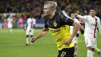 Útočník Dortmundu Erling Braut Haaland se raduje z gólu proti PSG.