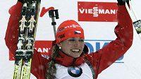 Rozesmátá biatlonistka Gabriela Soukalová si užívá vyhlašování vítězů po triumfu v závodě SP ve slovinské Pokljuce.