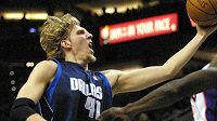 Německá basketbalová hvězda Dirk Nowitzki bude v NBA dál oblékat dres Dallasu.