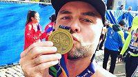 Takhle vypadá radost běžců, kteří si medaili opravdu zasloužili.
