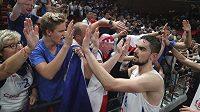 Český basketbalista Tomáš Satoranský se zdraví s fanoušky po utkání s Řeckem na mistrovství světa.