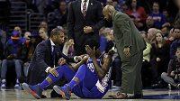 Basketbalista Philadelphie Joel Embiid, leží na palubovce se zlomenou očnicí, které utrpěl v zápase s New Yorkem Knicks.