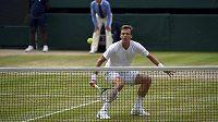 Tomáš Berdych při náběhu na síť v semifinále Wimbledonu.