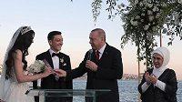 Turecký prezident Recep Tayyip Erdogan nechyběl mezi hosty na svatbě fotbalisty Mesuta Özila a bývalé Miss Amine Gulseové.