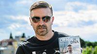 Bývalý fotbalista Tomáš Řepka se svou novou knihou Deník ze dna.