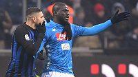 Neapolský fotbalista Kalidou Koulibaly (vpravo) viděl v Miláně červenou kartu. Červenat by se měli i fanoušci Interu, kteří hráče rasisticky uráželi.