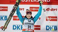 Česká biatlonistka Gabriela Soukalová se raduje z vítězství ze závodu na 15 kilometrů.