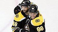 Čeští útočníci ve službách Bostonu David Krejčí (vlevo) a David Pastrňák měli lví podíl na výhře Bruins 2:1 v pátém duelu série 1. kola play off NHL proti Carolině.