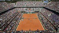 Hlavní dvorec areálu Roland Garros, kurt Philippa-Chatriera během sobotní čtyřhry mezi Francií a Českou republikou.