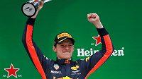 Z šestnácté příčky na startu až na stupně vítězů. Husarský kousek Maxe Verstappena!