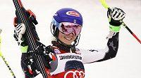 Americká lyžařská hvězda Mikaela Shiffrinová vyhrála v Courchevelu po pátečním obřím slalomu i slalom speciál a ve Světovém poháru oslavila 50. vítězství.