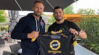 Makhmud Muradov (vpravo) a promotér organizace OKTAGON MMA Ondřej Novotný po podpisu kontraktu.