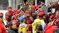 Hokejisté Jihlavy na své střídačce krátce předtím, než je trenér předčasně odvolal do šatny.