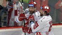 Tomáš Marcinko z Třince (vlevo) se raduje se spoluhráčem Ethanem Werekem z prvního gólu v síti hokejové Plzně.