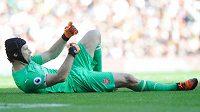 Musím střídat, naznačuje lavičce Arsenalu zraněný brankář Petr Čech v ligovém duelu s Watfordem.