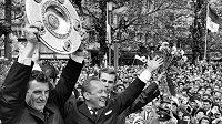 Hans Schäfer na snímku z roku 1962 jako kapitán Kolína nad Rýnem s trofejí pro mistra ligy.