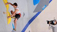 Lezec Adam Ondra v olympijském finále při boulderingu.