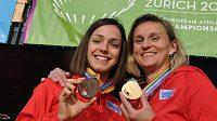 České medailistky z atletického mistrovství Evropy v Curychu. Vpravo zlatá oštěpařka Barbora Špotáková, vlevo bronzová chodkyně Anežka Drahotová.