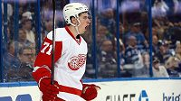 Centr Detroitu Red Wings Dylan Larkin (71) posílí USA na MS.