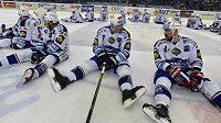 Hokejisté Komety děkují fanouškům po utkání s Třincem. Vpravo obránce Jozef Kováčik, druhý zprava obránce Tomáš Kaberle.