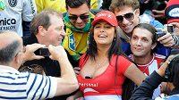 Paraguayská fanynka Larissa Riquelme na sebe na fotbalových stadiónech často strhává pozornost.