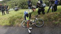 Španěl Alberto Contador se drží za koleno po pádu v 10. etapě Tour de France, po němž ze závodu odstoupil.