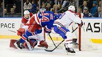 Obránce New York Rangers Neal Pionk překonává gólmana Montrealu Careyho Price.