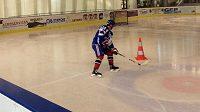 Nadějný francouzský hokejista Tim Bozon poprvé trénuje po hrozivé nemoci.