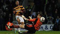 Nakhi Wells z Bradfordu překonává gólmana Aston Villy v semifinále anglického Ligového poháru