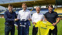 Zástupci zlínského klubu a společnosti Climax představují nové dresy pro příští ligový ročník.