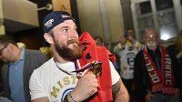 Marek Čiliak po příjezdu do Brna ukazuje fanouškům zlatou medaili.